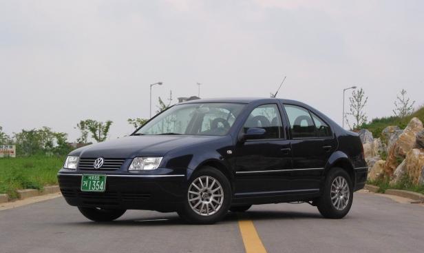 2002-Volkswagen_Bora_2_0-1