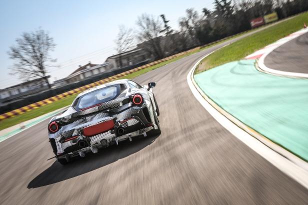 2018-Ferrari_488_Pista_SP-10